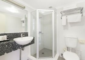 Hotel King Bathoom - The Wellington Apartments Hotel Brisbane