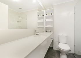 Hotel King Deluxe Room Bathroom - The Wellington Apartments Hotel Brisbane